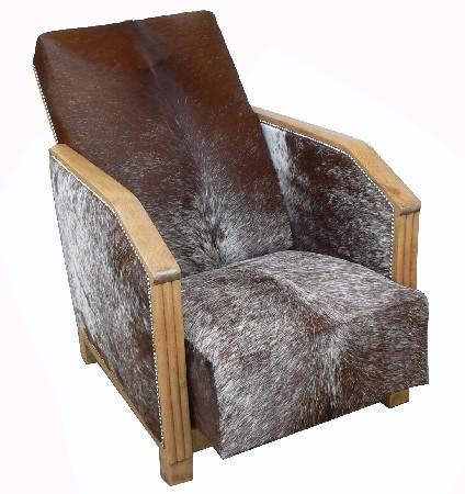fauteuil année 30 reouvert d'une peau de vache argentine