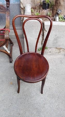 Chaise de bistrot de 1800 estampillé par les ébénistes Jacob et Joseph Kohn.<br /> Une merveille sauvé du feu et rénové par moi- même pour le plaisir des yeux et de l'histoire de l'ébénisterie dont voici le lien. <br /> https://fr.wikipedia.org/wiki/Jacob_%26_Josef_Kohn