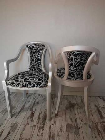Duo de chaises art déco. La structure a été repeinte en gris argenté pour se marier parfaitement avec le nouveau tissu. Les clous argentés assurent la finition.